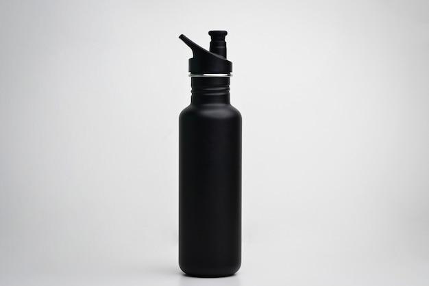 Stahl-thermo-wasserflasche isoliert auf weißem hintergrund wiederverwendbarer kaffee- oder tee-flaschenbehälter thermos-reisebecher isolierter getränkebehälter schwarzer sport-thermoskanne-wasserflasche aus edelstahl
