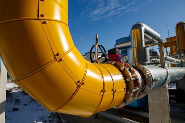 Stahl- und melatpipelines in einer industrieanlage. ausrüstung und geräte bei der gasgesellschaft. gasleitungssystem