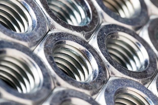 Stahlbefestigungen aus hochwertigem legiertem stahl und anderen materialien zur zuverlässigen befestigung von elementen, muttern werden zur befestigung verschiedener elemente verwendet