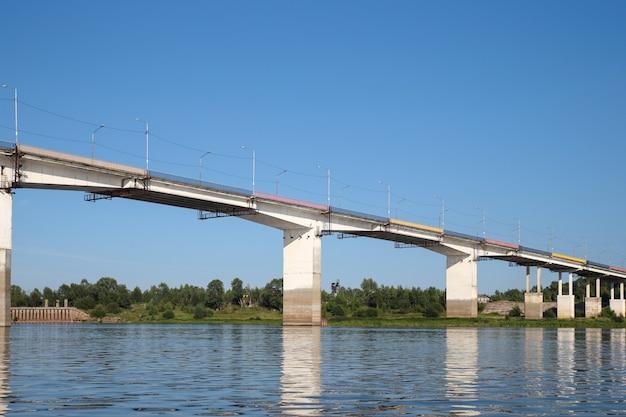 Stahlbetonbrücke über den fluss