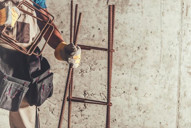 Stahlbewehrungsarbeiter mit den bewehrungsstahlstangen gebrauchsfertig