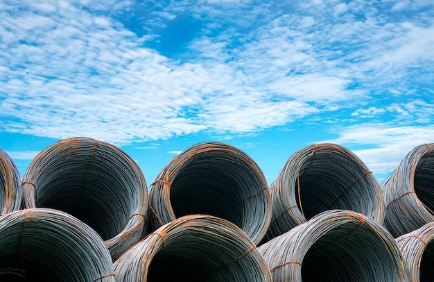 Stahldrahtspule gegen blauen himmel. metallstahl für den betonbau verstärkt. eisendraht für die bauindustrie.