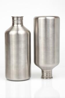 Stahlflaschen für wasser und getränke auf weißem hintergrund. überlebens-wanderausrüstung