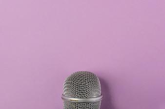 Stahlgitter Nahaufnahme des Mikrofons auf lila Hintergrund