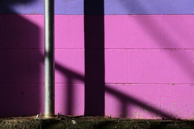 Stahlpfostenfront eine purpurrote wand
