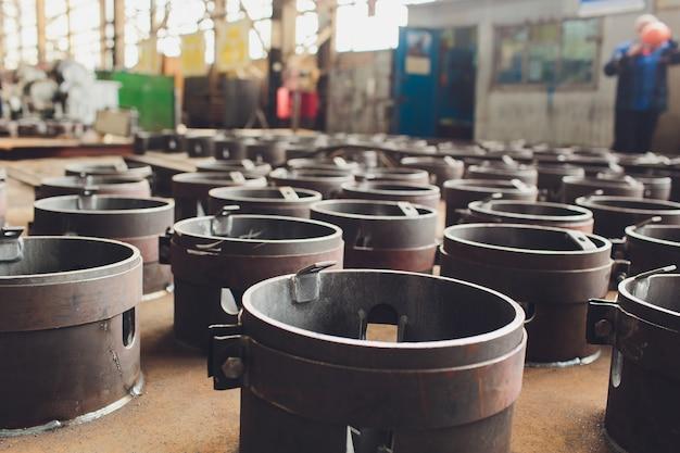 Stahlrohre gegen industrielles verwischt. metall