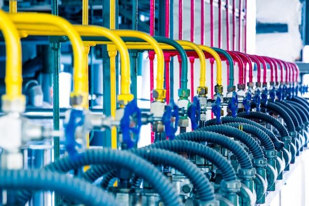 Stahlrohrleitungen und kabel in einer anlage
