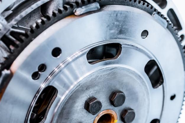 Stahlschwungrad am motor montiert.