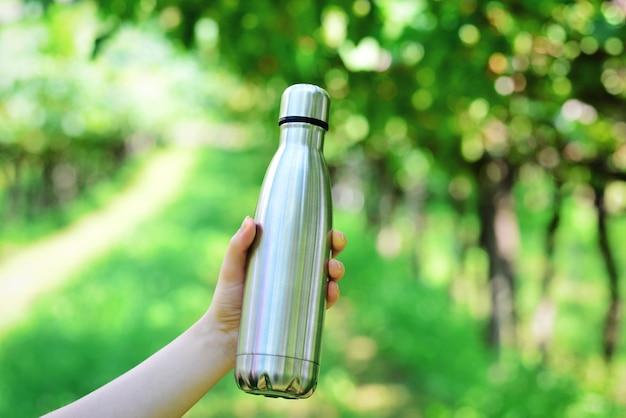 Stahlwasserflasche auf dem hintergrund im weinberg