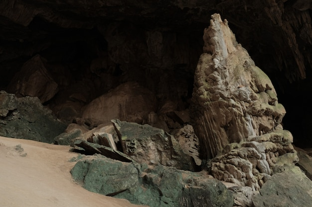 Stalagmite in der höhle. mae usu höhle thailand