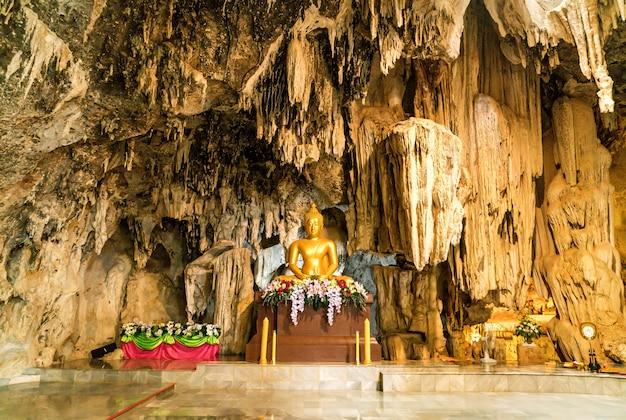 Stalaktiten und goldener buddha im wat tham phu wa