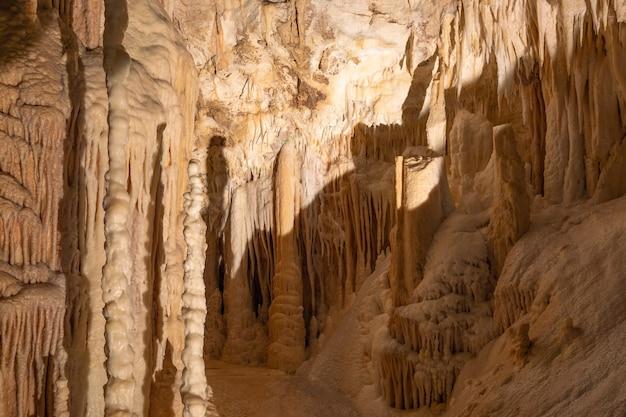 Stalaktiten- und stalagmitenformationen in den frasassi-höhlen (grotte di frasassi), marken, ancona, italien