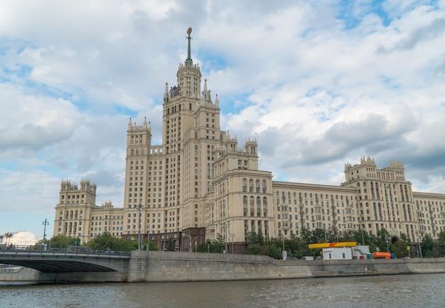 Stalinturm gegen den himmel, panoramablick