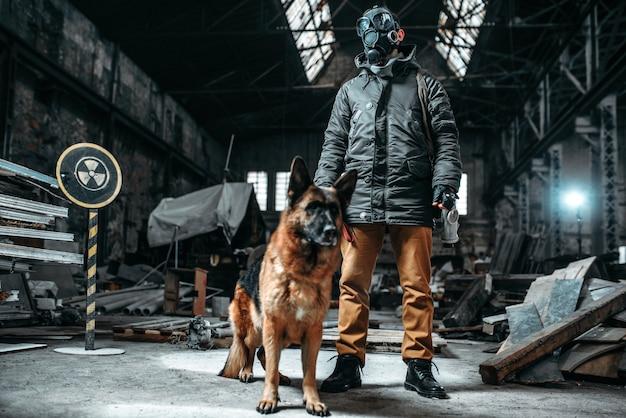Stalker soldat in gasmaske und hund in radioaktiver zone, freunde in der postapokalyptischen welt. lebensstil nach der apokalypse auf ruinen, tag des jüngsten gerichts, tag des jüngsten gerichts