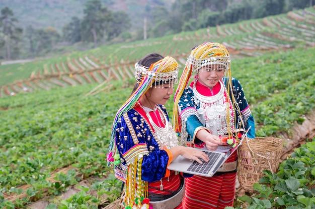 Stammes- mädchen des landwirts, das digitale tablette verwendet