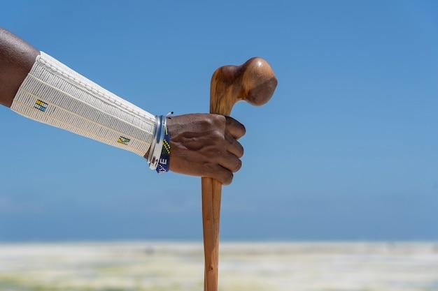 Stammes-massai-hand mit einem bunten armband, nahaufnahme. sansibar, tansania, afrika