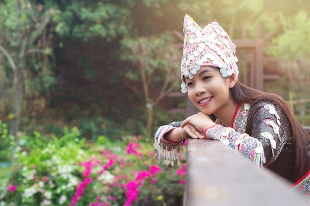 Stammes schöne frau im traditionellen outfit im park