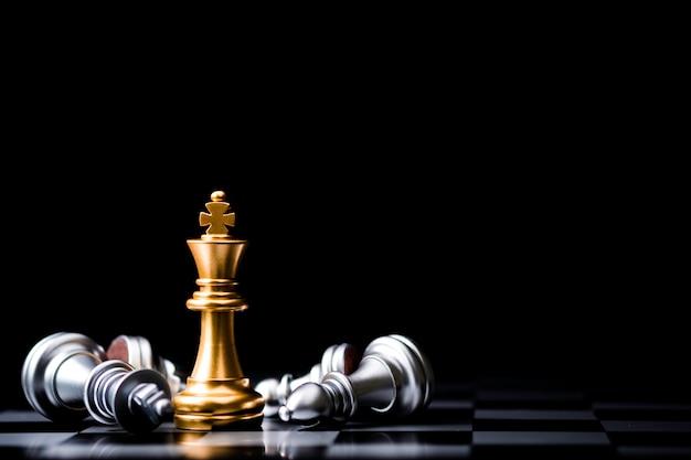 Stand des goldenen königschachs und des gefallenen silbernen königschachs. gewinner des geschäftswettbewerbs und des planungskonzepts für marketingstrategien.