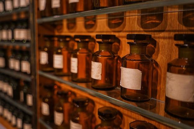Stand mit parfümprodukten im luxusgeschäft