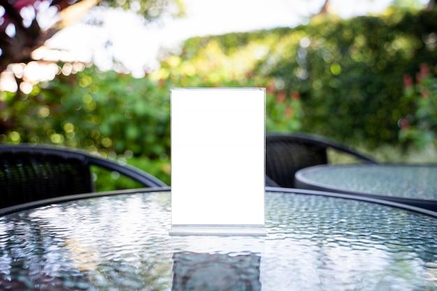 Stand mock up menürahmen zelt karte unscharfen hintergrund design key visuellen layout.