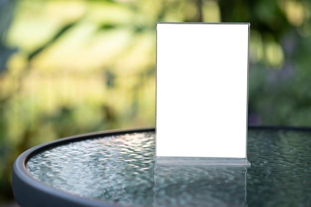 Stand mock up menürahmen zelt karte unscharfen hintergrund design key visuellen layout
