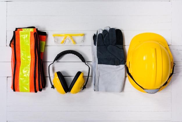 Standard-bau sicherheitsausrüstung auf holztisch. draufsicht