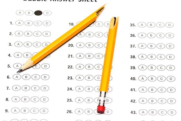 Standardisiertes testformular mit antworten und einem abgebrochenen bleistift.