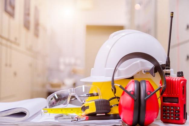 Standardkonstruktionssicherheitsausrüstung in der leitwarte, im bau- und sicherheitskonzept.