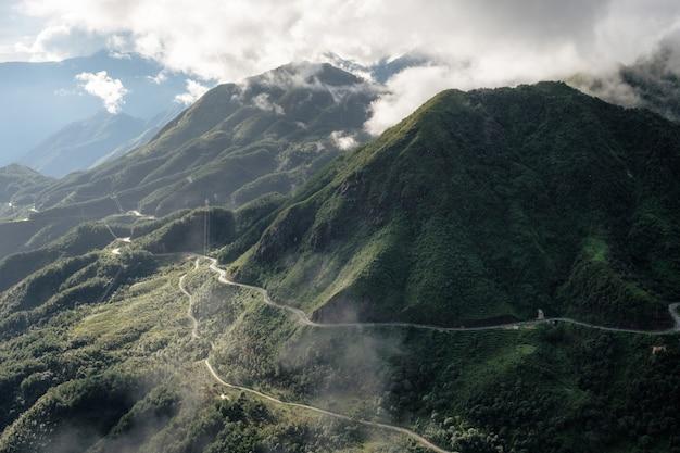 Standpunkt des gebirgszugs am höchsten auf nebel in tram ton pass
