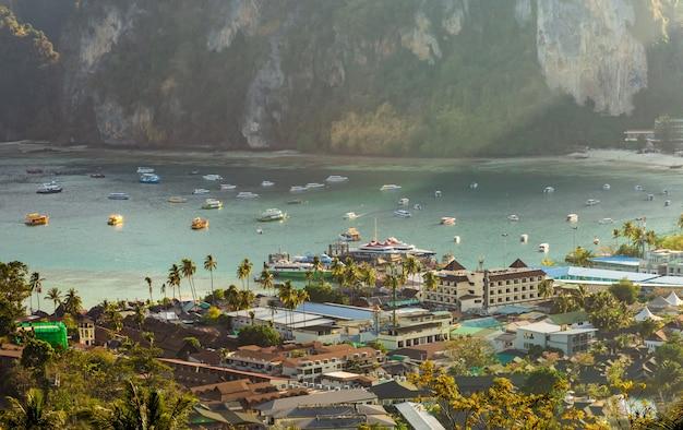 Standpunkt phi phi don am abend und in der dämmerung bei phi phi island krabi, thailand