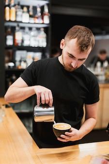 Stangenkonzept mit dem kellner, der kaffee macht