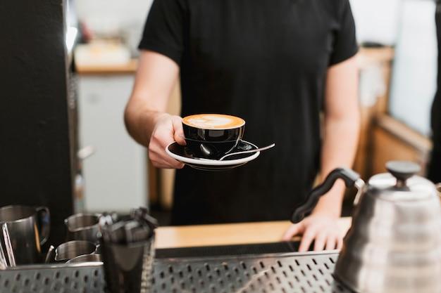 Stangenkonzept mit dem mann, der kaffee hält