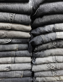 Stapel alter blue jeans