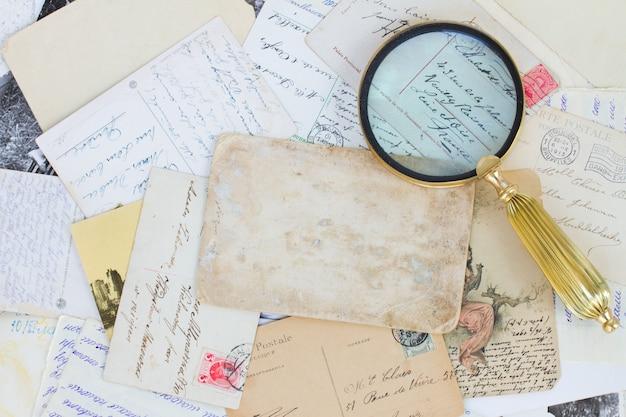 Stapel alter briefe und antiquitätenweinlesehintergrund mit kopienraum