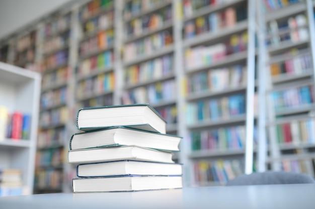 Stapel alter lehrbücher auf dem tisch liegen