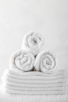 Stapel badetücher auf holztisch