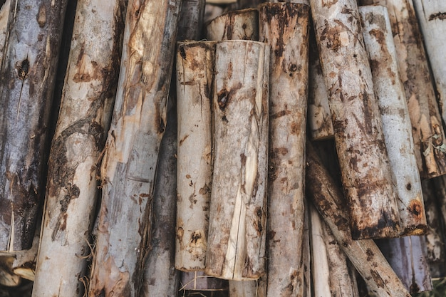 Stapel bauholz zur herstellung von brennholz