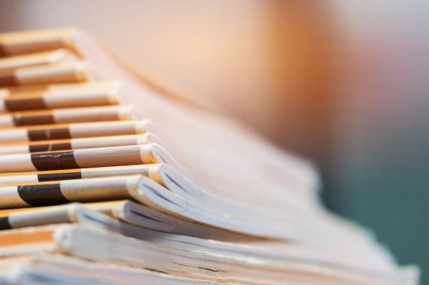 Stapel berichtspapierdokumente für geschäftsschreibtisch, geschäftspapiere für jahresberichtdateien