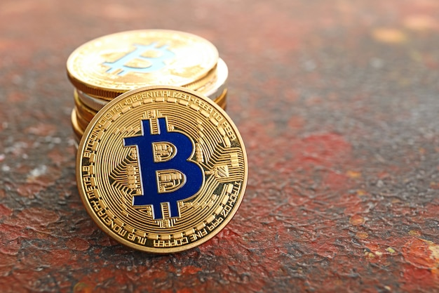 Stapel bitcoins auf der grunge-oberfläche