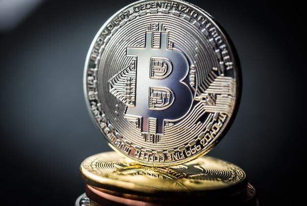 Stapel bitcoins mit goldener münze oben