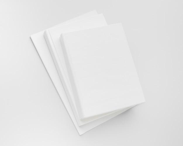 Stapel bücher auf dem schreibtisch