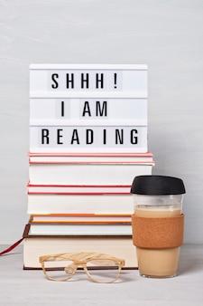 Stapel bücher, lightbox mit dem text, tasse kaffee