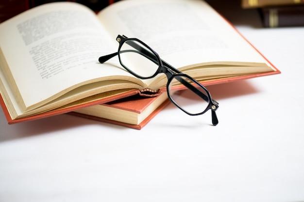 Stapel bücher mit brille