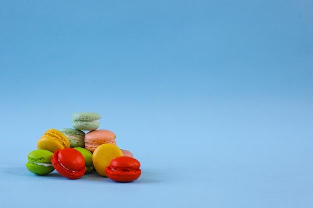 Stapel bunte macarons auf blauem hintergrund mit kopienraum
