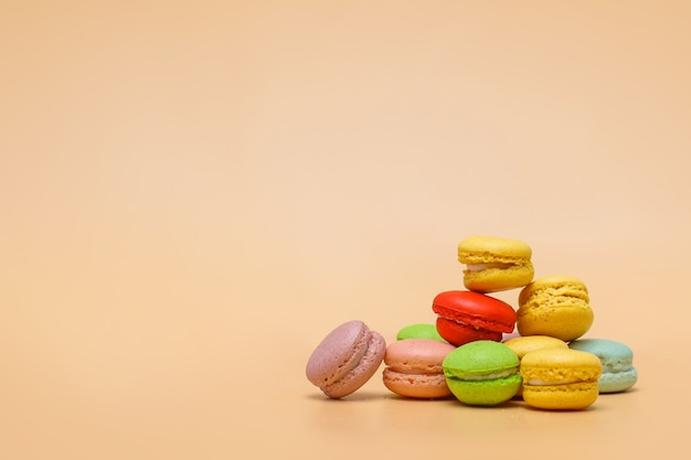 Stapel bunte macarons auf cremefarbenem hintergrund mit kopienraum