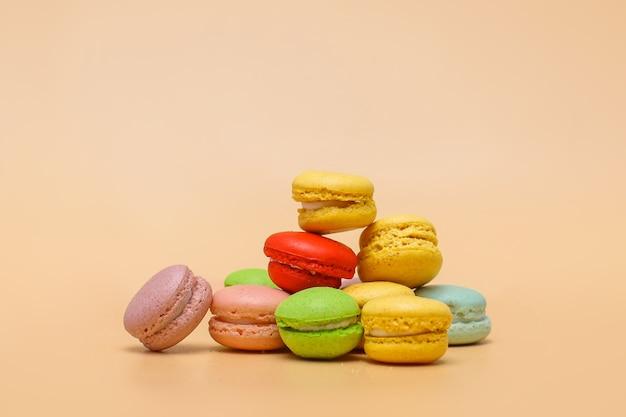 Stapel bunte macarons auf cremefarbenem hintergrund