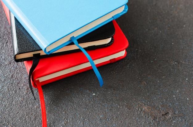 Stapel bunte notizbücher für das schreiben oder die bücher