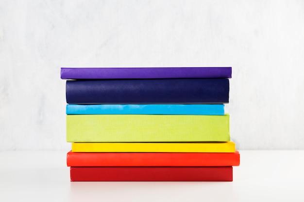 Stapel bunte regenbogenbücher