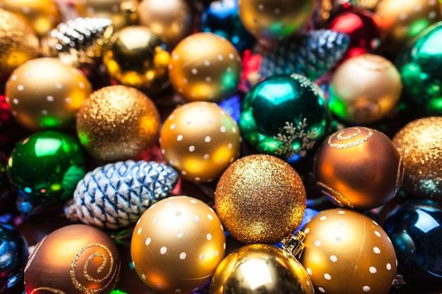 Stapel bunter weihnachtskugeln