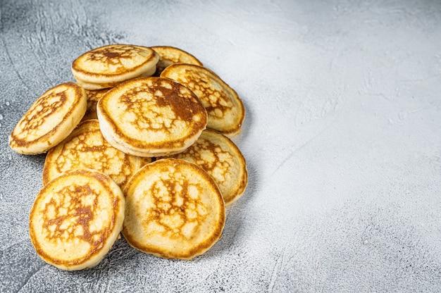 Stapel butterpfannkuchen auf einem küchentisch